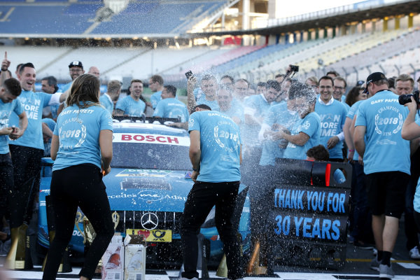 Champion Gary Paffett, Mercedes-AMG Team HWA celebrate with team