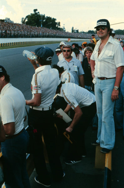 1977 Argentinian Grand Prix.Buenos Aires, Argentina.7-9 January 1977.Walter Wolf and team manager Peter Warr wait for Jody Scheckter (Wolf WR1 Ford) at the finish after winning on Wolf's debut.World Copyright - LAT Photographic