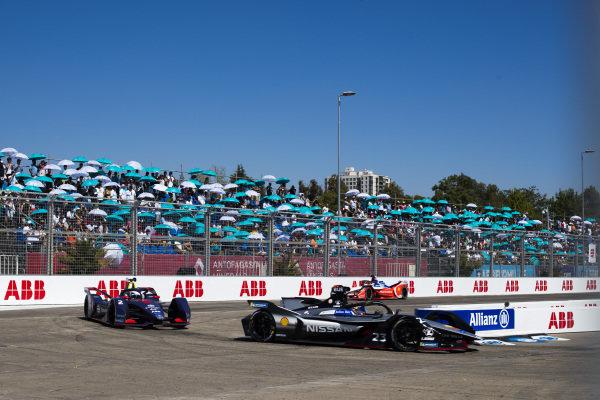 Sébastien Buemi (CHE), Nissan e.Dam, Nissan IMO1 leads Sam Bird (GBR), Envision Virgin Racing, Audi e-tron FE05 and Pascal Wehrlein (DEU), Mahindra Racing, M5 Electro