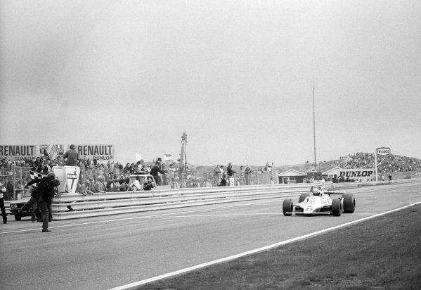 Race winner Alan Jones (AUS) Williams FW07 celebrates as he takes the chequered flag at the end of the race.Formula One World Championship, Rd12, Dutch Grand Prix, Zandvoort, Holland. 26 August 1979.
