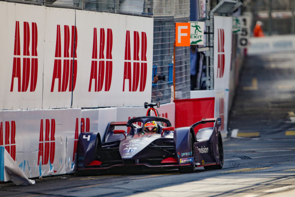 Robin Frijns (NLD), Envision Virgin Racing, Audi e-tron FE05, faces the wrong way on the track after the collision