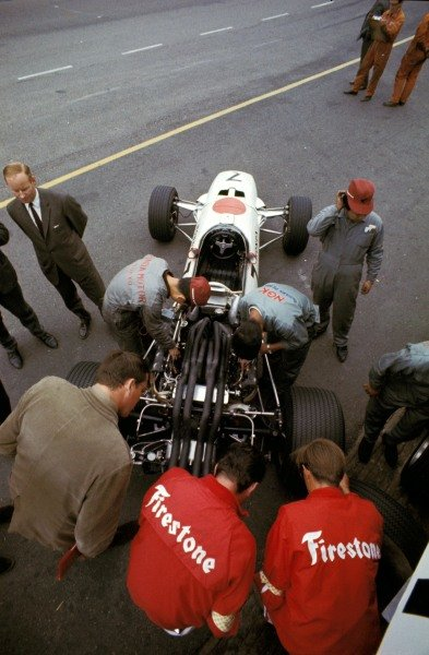Honda and Firestone engineers prepare the Honda RA273 in the pits.
