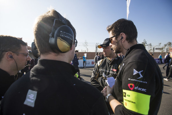 Andre Lotterer (DEU), DS TECHEETAH, talks with his team on the grid