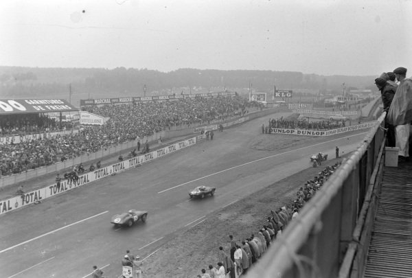 Mike Hawthorn / Ivor Bueb, Jaguar Cars, Jaguar D-type, leads Peter Walker / Roy Salvadori, Aston Martin, Aston Martin DB3S.