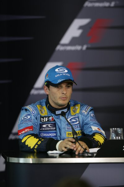 2006 Australian Grand Prix - Saturday Qualifying Albert Park, Melbourne, Australia. 29th March - 2nd April 2006 Giancarlo Fisichella, speaks at the pole position press conference after gaining second place. World Copyright: Charles Coates/LAT Photographic ref: Digital Image ZK5Y3760.