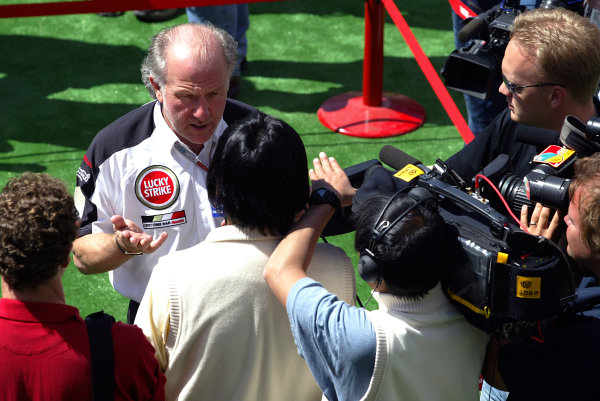 2004 Spanish Grand Prix - ThursdayCircuit de Catalunya, Barcelona, Spain. 7th - 9th May.David Richards, BAR Honda gets some attention from the media. Portrait.World Copyright: Charles Coates/LAT Photographicref: Digital Image Only