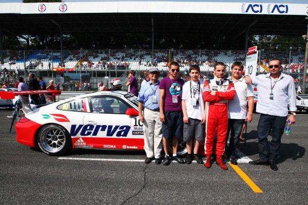 Kuba Giermaziak (POL) Verva Racing Team with guests on the grid.