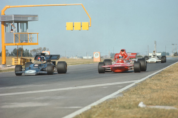 1972 Argentinian Grand Prix.  Buenos Aires, Argentina. 21st-23rd January 1972.  Emerson Fittipaldi, Lotus 72D Ford, alongside Niki Lauda, March 721 Ford.  Ref: 72ARG29. World Copyright: LAT Photographic