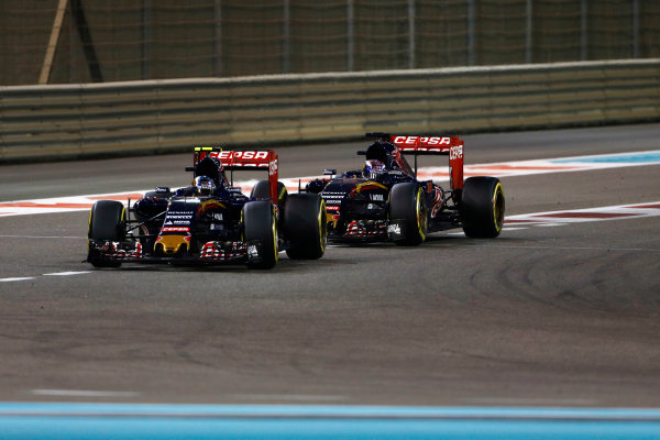Yas Marina Circuit, Abu Dhabi, United Arab Emirates. Sunday 29 November 2015. Carlos Sainz Jr, Toro Rosso STR10 Renault, leads Max Verstappen, Toro Rosso STR10 Renault. World Copyright: Sam Bloxham/LAT Photographic ref: Digital Image _SBL9130
