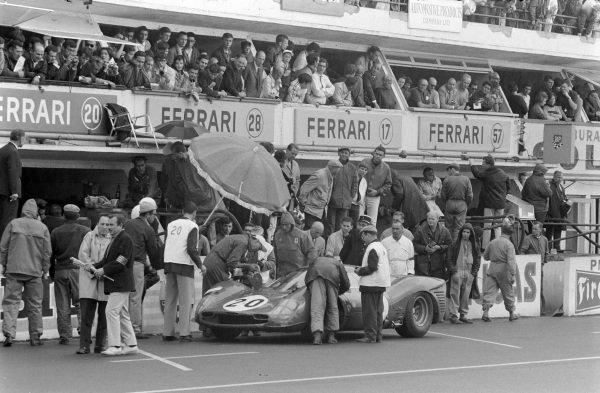 Ludovico Scarfiotti / Mike Parkes, SpA Ferrari SEFAC, Ferrari 330 P3, makes a pitstop.