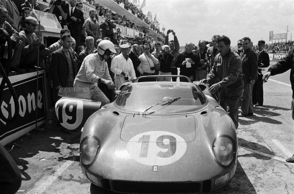 John Surtees / Lorenzo Bandini, Ferrari SEFAC, Ferrari 330P, pitstop.