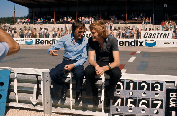 1977 French Grand Prix.  Dijon-Prenois, France.1-3 July 1977. Brabham team owner Bernie Ecclestone has a chat with March Engineering team manager Max Mosley. Ref: 77 FRA 19. World Copyright: LAT Photographic.