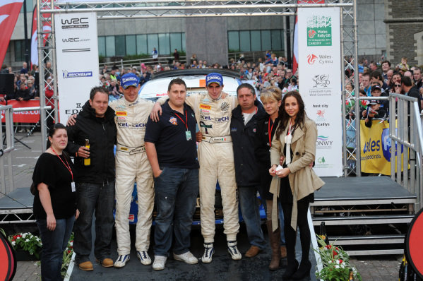 Craig Breen (IRL) and Paul Nagle (IRL), Ford Fiesta S2000, with the family of Gareth Roberts (GBR) on the podium.FIA World Rally Championship, Rd10, Wales Rally GB, Day Three, Cardiff, Wales, 16 September 2012.