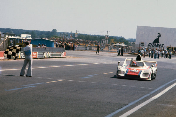 Le Mans, France. 12th - 13th June 1976.Jacky Ickx/Gijs van Lennep (Porsche 936), 1st position, takes the chequered flag and victory, action. World Copyright: LAT Photographic.Ref: 76LM28.
