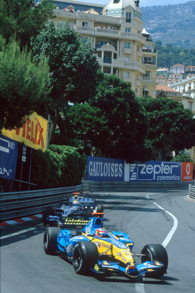 2005 Monaco Grand PrixMonte Carlo, Monaco. 19th - 22nd May Fernando Alonso, Renault R25 under pressure from Mark Webber, Williams F1 BMW FW27. Action. World Copyright: Steven Tee/LAT Photographi--c ref: 35mm Image 05Monaco39