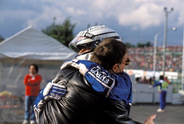 Nigel Mansell embraces Riccardo Patrese after the race.