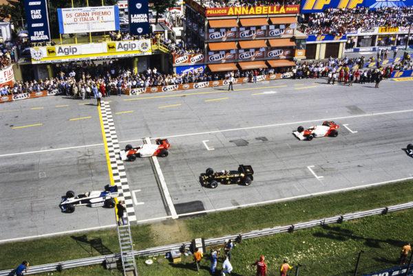 Nelson Piquet, Brabham BT53 BMW, leads Alain Prost, McLaren MP4-2 TAG, Elio de Angelis, Lotus 95T Renault, and Niki Lauda, McLaren MP4-2 TAG, at the start.