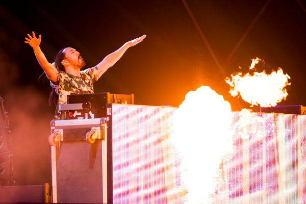 Bahrain International Circuit, Sakhir, Bahrain.  Saturday 15 April 2017. DJ Steve Aoki performs at the F1 concert. World Copyright: Sam Bloxham/LAT Images ref: Digital Image _W6I2364
