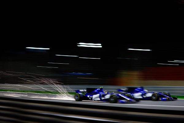 Bahrain International Circuit, Sakhir, Bahrain.  Sunday 16 April 2017. Pascal Wehrlein, Sauber C36-Ferrari, battles with Marcus Ericsson, Sauber C36 Ferrari. World Copyright: Steven Tee/LAT Images ref: Digital Image _R3I0104