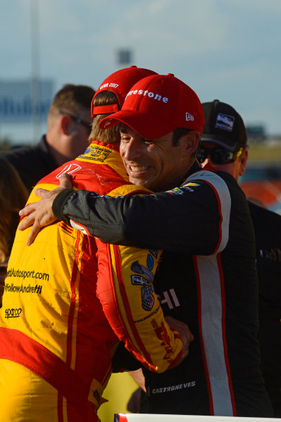 Verizon IndyCar Series Iowa Corn 300 Iowa Speedway, Newton, IA USA Sunday 9 July 2017 Winner Helio Castroneves, Team Penske Chevrolet gets congratulations from Ryan Hunter-Reay, Andretti Autosport Honda. World Copyright: F. Peirce Williams LAT Images