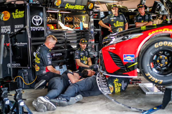 #78: Martin Truex Jr., Furniture Row Racing, Toyota Camry 5-hour ENERGY/Bass Pro Shops crew replaces his splitter before 1st practice