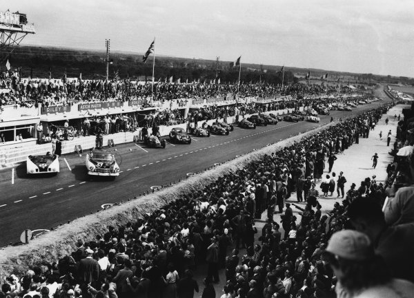 Le Mans, France. 24th - 25th June 1950 Start of the race, action. World Copyright: LAT Photographic Ref: B/WPRINT.