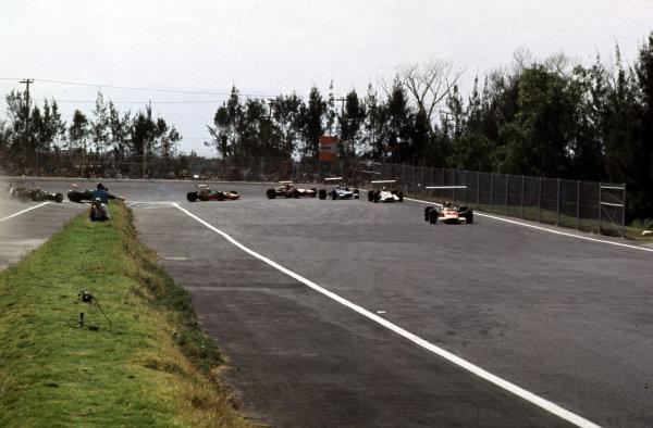 1968 Mexican Grand Prix.Mexico City, Mexico.1-3 November 1968.Graham Hill (Lotus 49B Ford) leads John Surtees (Honda RA301), Jackie Stewart (Matra MS10 Ford), Chris Amon (Ferrari 312), Denny Hulme (McLaren M7A Ford), Pedro Rodriguez (BRM P133) and Jo Siffert (Lotus 49B Ford).Ref-68 MEX 08.World Copyright - LAT Photographic