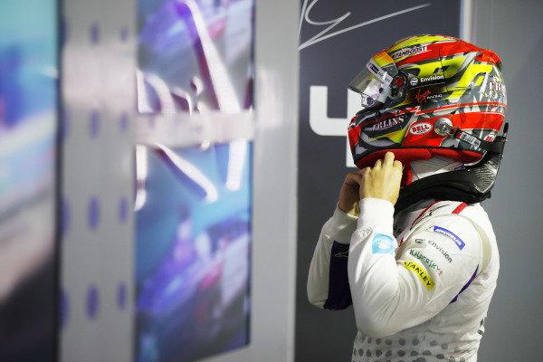 Robin Frijns (NLD), Envision Virgin Racing puts his helmet on in the garage