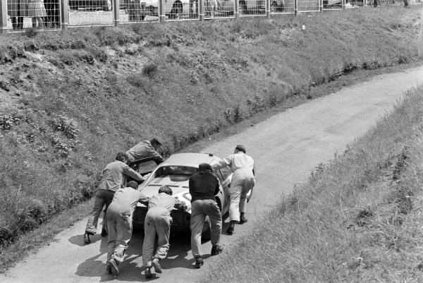 Colin Davis / Gerhard Mitter, Porsche System Engineering, Porsche 904/8, is pushed away from the pits.