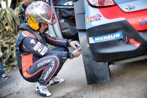 Marc Marti (ESP) Hyundai i20 WRC checks tyre pressures at FIA World Rally Championship, Rd12, RAAC Rally de Espana, Preparations and Shakedown, Costa Daurada, Catalunya, Spain, 22 October 2015.