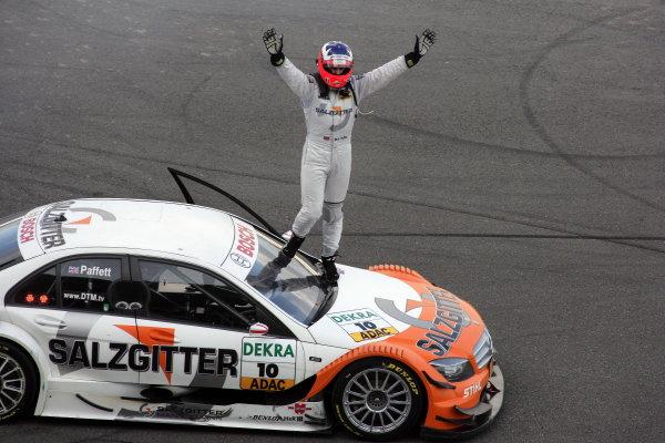 Race winner Gary Paffett (GBR) Salzgitter AMG Mercedes C-Klasse celebrates. DTM Championship, Rd10, Hockenheim, Germany, 23-25 October 2009.