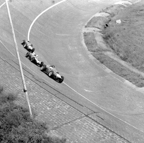 1959 German Grand Prix.Avus, Berlin, Germany.31/7-2/8 1959.Dan Gurney (Ferrari Dino 246) leads Masten Gregory (Cooper T51 Climax) and Tony Brooks (Ferrari Dino 246) on the banked North Turn.Ref-4650.World Copyright - LAT Photographic