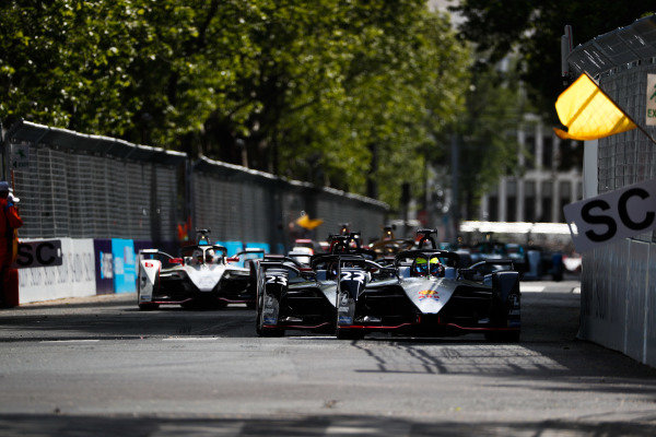 Oliver Rowland (GBR), Nissan e.Dams, Nissan IMO1, leads Sébastien Buemi (CHE), Nissan e.Dams, Nissan IMO1, behind the safety car