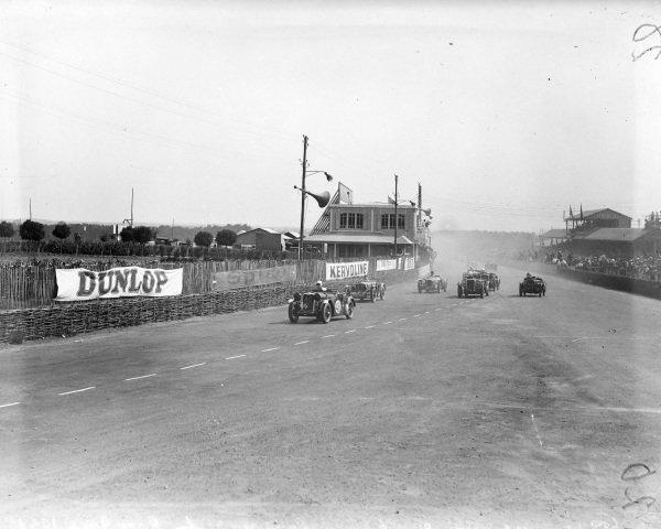Norman Black / J. R. H. Baker, Singer Ltd., Singer Nine Le Mans, leads a group of cars at the start.