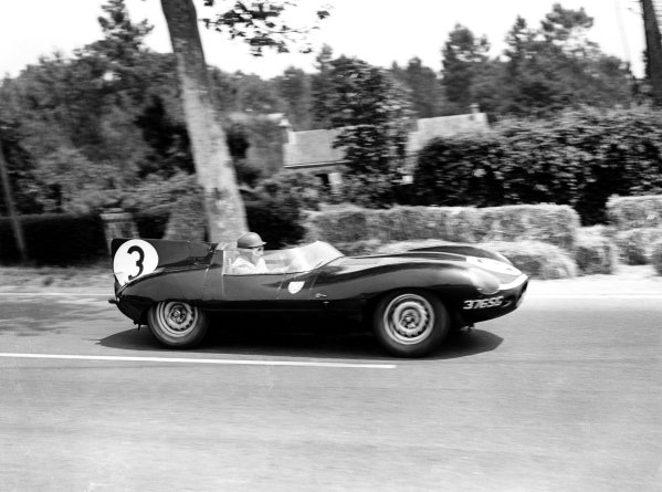 1957 Le Mans 24 hours. Le Mans, France. 22-23 June 1957. Ivor Bueb/Ron Flockhart (Ecurie Ecosse Jaguar D-type), 1st position. World Copyright: LAT Photographic Ref: C49404