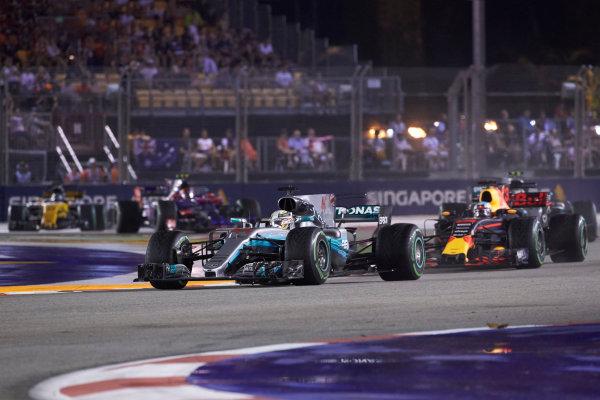 Marina Bay Circuit, Marina Bay, Singapore. Sunday 17 September 2017. Lewis Hamilton, Mercedes F1 W08 EQ Power+, leads Daniel Ricciardo, Red Bull Racing RB13 TAG Heuer.  World Copyright: Steve Etherington/LAT Images  ref: Digital Image SNE19422