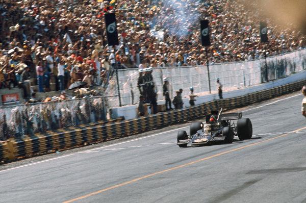 1973 Brazilian Grand Prix.  Interlagos, Sao Paulo, Brazil. 9-11th February 1973.  Emerson Fittipaldi, Lotus 72D Ford, 1st position, crosses the finish line.  Ref: 73BRA36. World Copyright: LAT Photographic
