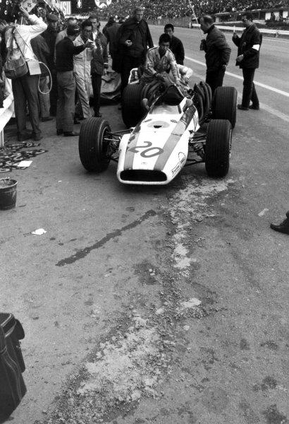 1968 Belgian Grand Prix.Spa-Francorchamps, Belgium. 9 June 1968.John Surtees, Honda RA301, retired, pushed in the pitlaneaction.World Copyright: LAT PhotographicRef: Motor b&w print