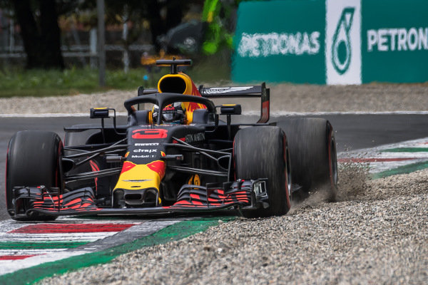 Daniel Ricciardo, Red Bull Racing RB14 kicks up the gravel