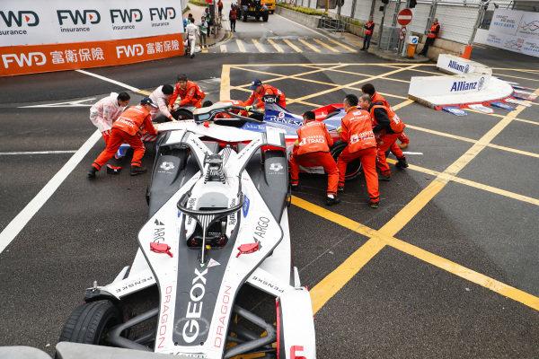 Marshals work to remove the cars of Felipe Nasr (BRA), GEOX Dragon Racing, Penske EV-3 and Pascal Wehrlein (DEU), Mahindra Racing, M5 Electro after colliding