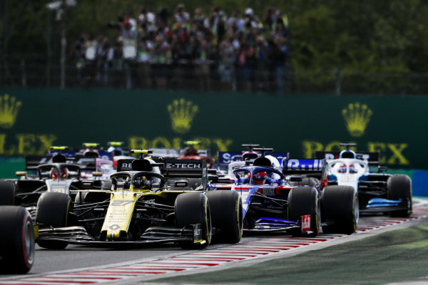 Nico Hulkenberg, Renault R.S. 19 leads Daniil Kvyat, Toro Rosso STR14 at the start of the race