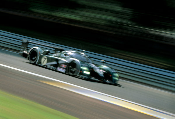 Le Mans, France. 14th - 15th June 2003.The winning Bentley of Kristensen, Capello and Smith at speed.World Copyright: Robert Kerian, USA/LAT Photographic.Ref:  03LM39.