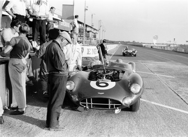 1959 Le Mans 24 hours.Le Mans, France. 20-21 June 1959.Maurice Trintignant/Paul Frere,(Aston Martin DBR1/300), 2nd position, pit stop.World Copyright: LAT PhotographicRef: 8317G#21 Motor