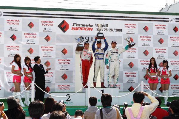 Sportsland Sugo, Japan. 26th September 2010.Round 14 - Winner Hideki Yamauchi ( #5  HANASHIMA RACING ) 2nd position Koki Saga ( #62 DENSO Team Le Beausset ) 3rd position Rafael Suzuki ( #36 PETRONAS TEAM TOM'S ), podium.World Copyright: Yasushi Ishihara/LAT Photographicref: Digital Image 2010JF3_R14_005