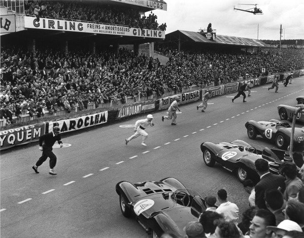 Le Mans, France. 12th - 13th June 1954 The start of the race where the drivers run to their cars on the grid, action. World Copyright: LAT Photographic Ref: Autocar Glass Plate C39233