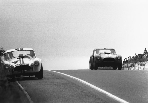 Le Mans, France. 15th - 16th June 1963.Peter Bolton/Ninian Sanderson (AC Cobra 289 Ford Coupe), 7th position, action. World Copyright: LAT Photographic.Ref:  L63 - 178 - 31.