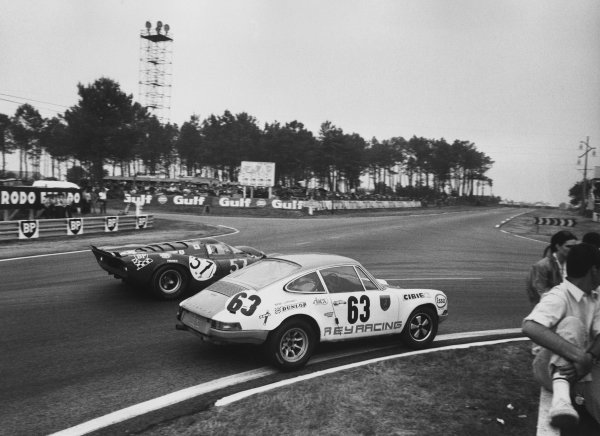 Le Mans, France. 13 - 14 June 1970 Jacques Rey/Bernard Cheneviere (Porsche 911S), retired, passes Chuck Parsons/Tony Adamowicz (Ferrari 312P Coupe), Not classified, action. World Copyright: LAT Photographic Ref:  12971 -
