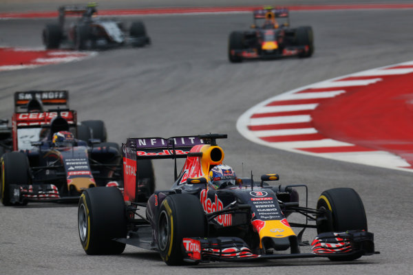 Circuit of the Americas, Austin, Texas, United States of America. Sunday 25 October 2015. Daniel Ricciardo, Red Bull Racing RB11 Renault, leads Max Verstappen, Toro Rosso STR10 Renault. World Copyright: Alastair Staley/LAT Photographic. ref: Digital Image _R6T5520