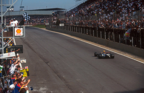 1992 Brazilian Grand Prix.Interlagos, Sao Paulo, Brazil.3-5 April 1992.Nigel Mansell (Williams FW14B Renault) takes the chequered flag for 1st position.Ref-92 BRA 03.World Copyright - LAT Photographic
