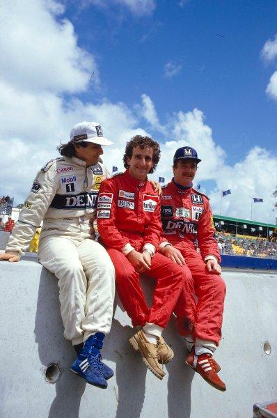 1986 Australian Grand Prix.Adelaide, Australia.24-26 October 1986.Nelson Piquet (Williams Honda) with Alain Prost (McLaren TAG Porsche) and Nigel Mansell (Williams Honda) on the pit wall.Ref-86 AUS 15.World Copyright - LAT Photographic